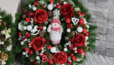 adventny veniec, cerveny vianocny veniec, cervene vianocne dekoracie, vianocny veniec na dvere